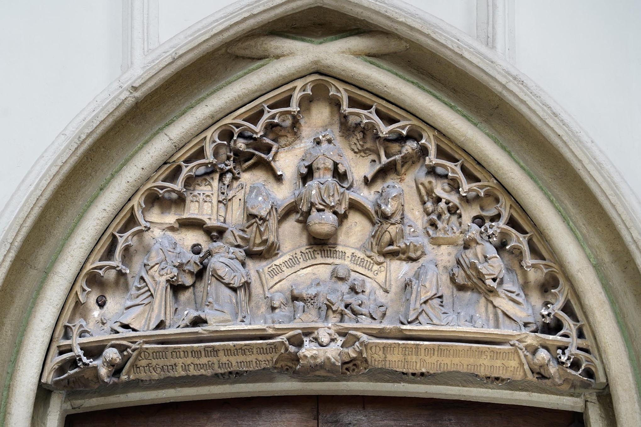 Timpaan met beeldenstormschade in de Stevenskerk