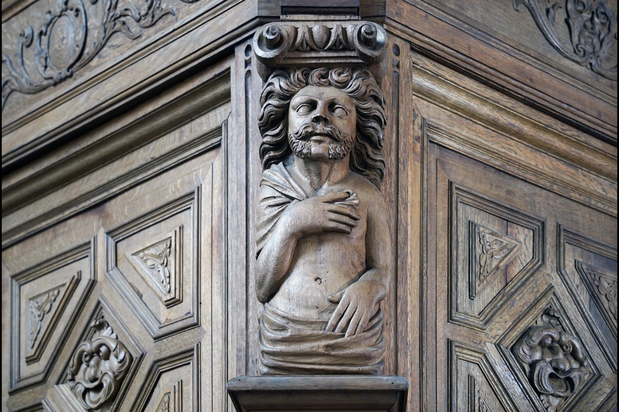 Detail houtsnijwerk van het Zuiderportaal van de Stevenskerk